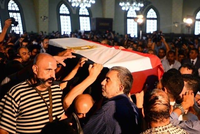 Photo of حزن وبكاء في عزاء وجنازة الفنان نور الشريف بعد وفاة نور الشريف صور الفنانين