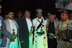 علي حسين الاحمر بجوار نشوان الاحمر
