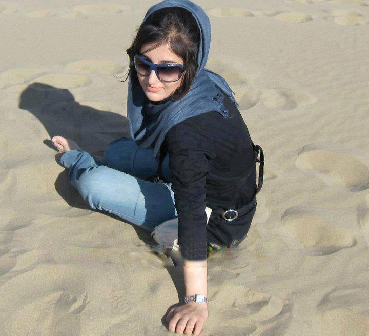 صور بنات 2014 عربية على الصحراء مستلقية