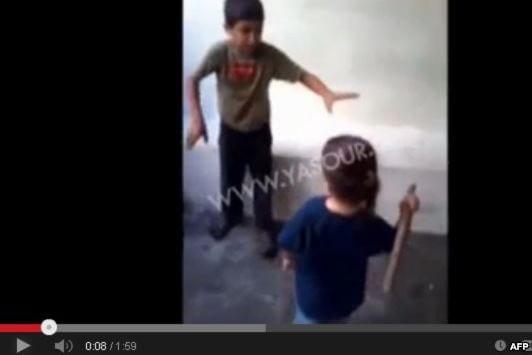طفل لاجيء سوري في لبنان يتم ضربة