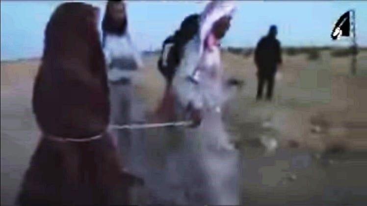 صورة اخبار داعش – رجم امراءه في سوريا من قبل داعش اما ابوها بسبب الزناء