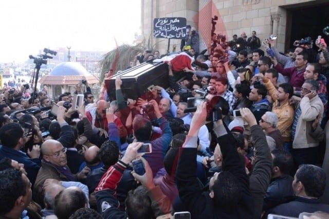 صورة جنازة الفنانة فاتن حمامة 18-1-2015 وفيديو سقوط مشيعي جنازة فاتن حمامة