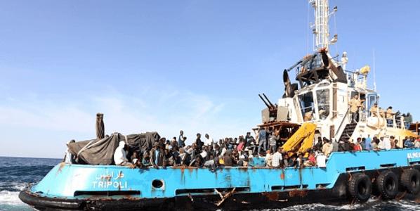 زورق يحمل مهاجرين غير شرعيين بالقرب من سواحل ليبيا