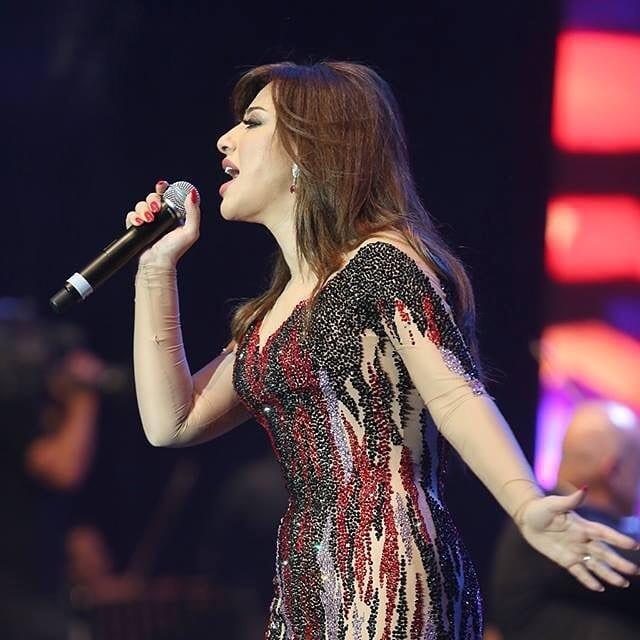 """على انغام الدبكة اللبنانية الفنانة نجوى كرم تشعل المسرح بأغنية """" خلينى شوفك """""""