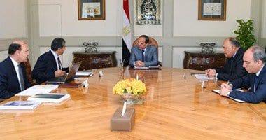 الرئيس عبد الفتاح السيسى خلال اجتماعه مع وزير البئة والخارجية والفريق مهاب مميش