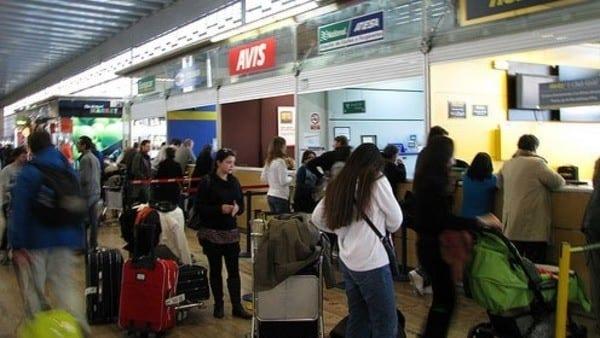 Photo of مسافرون بمطار في اسبانيا