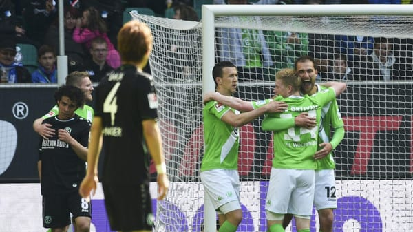 VfL Wolfsburg's Bas Dost (R) celebrates with team mates Kevin de Bruyne (2nd R) and Ivan Perisic (C) after scoring during the German first division Bundesliga soccer match against Hanover 96 in Wolfsburg, Germany, May 2,  2015.  REUTERS/Fabian Bimmer     DFL RULES TO LIMIT THE ONLINE USAGE DURING MATCH TIME TO 15 PICTURES PER GAME. IMAGE SEQUENCES TO SIMULATE VIDEO IS NOT ALLOWED AT ANY TIME. FOR FURTHER QUERIES PLEASE CONTACT DFL DIRECTLY AT + 49 69 650050.