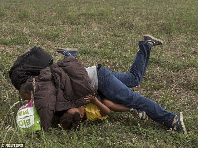 Photo of صور صحفية مجرية تعرقل احد الاجئين وتشتمه بكلمات من اخبار العالم 10-9-2015
