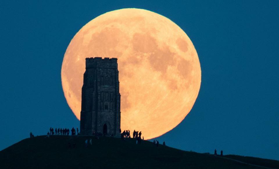 القمر الكبير العملاق في الممكلة المتحدة