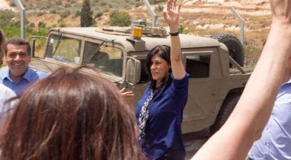 صورة الإفراج عن النائبة في المجلس التشريعي خالدة جرار من قبل إسرائيل