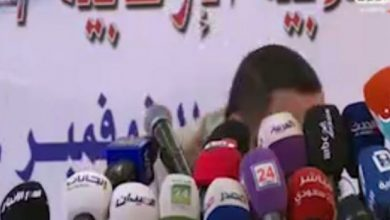 """صورة رشق وزير الإعلام اليمني بالحذاء """" عبد السلام جابر"""
