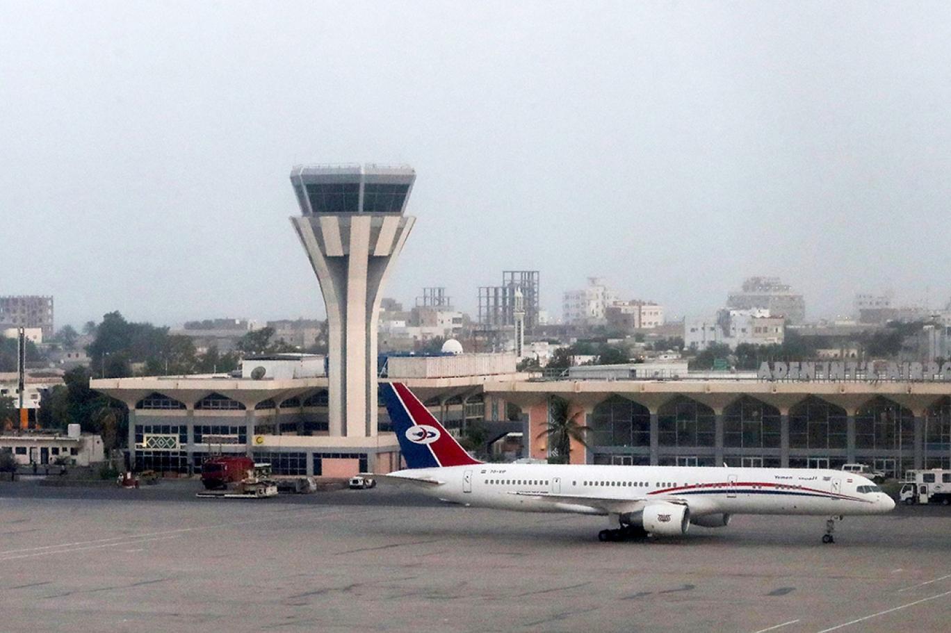 صورة حقيقة وصول طائرة عسكرية إلى مطار عدن والريان وفتح مطار عدن