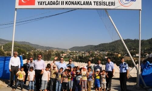 """""""أوزتورك"""" يزور مخيمات السوريين على الحدود التركية السورية"""